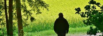 Rentner spaziert in der Natur